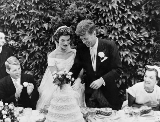 Taglio della torta alle nozze tra John F. Kennedy e Jackie Kennedy